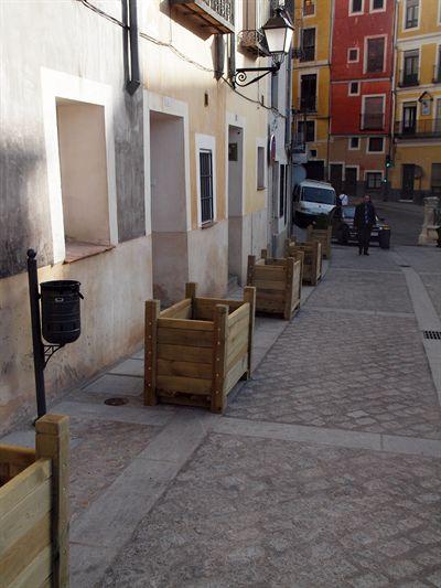 86c433e2da0 El Ayuntamiento de Cuenca ha instalado 17 jardineras en la calle Zapaterías,  en el corazón del Casco Antiguo de la capital conquense, con el objetivo de  ...
